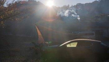 朝日を受ける車とテント