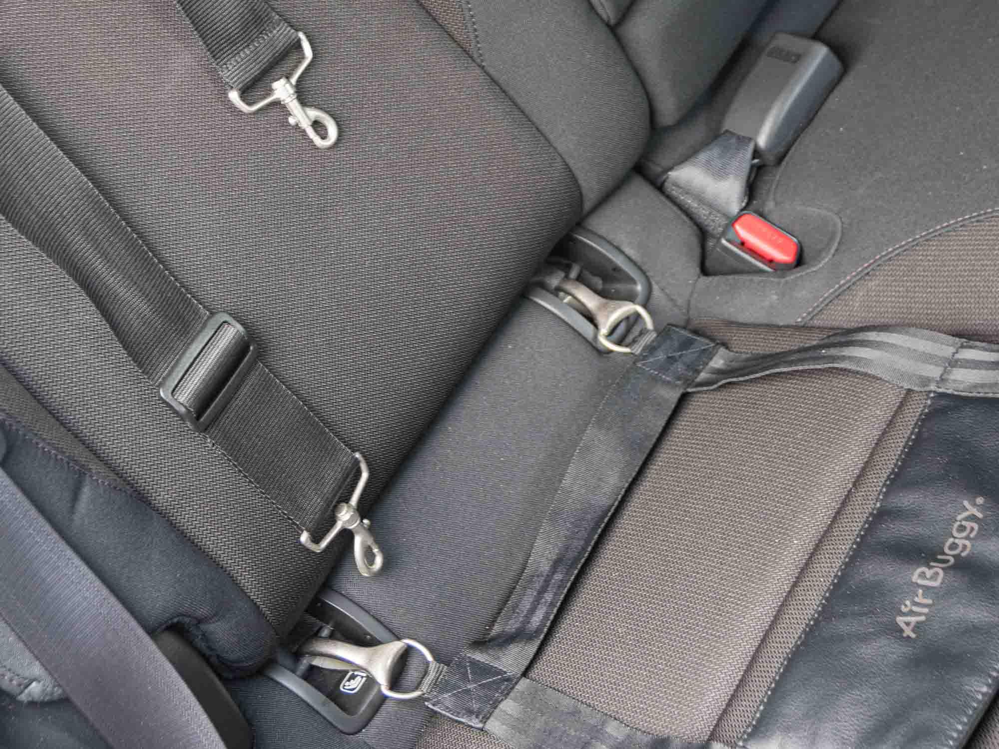 車の後部座席に設置された犬用カートのベルト